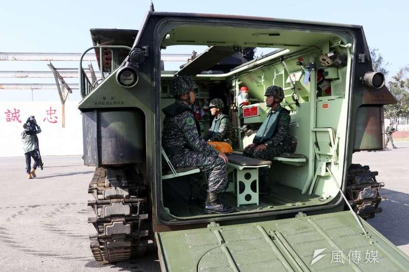 20170118-國軍春節加強戰備巡弋第二日,來到海軍左營基地。現場展示海軍陸戰隊AAV7P7兩棲突擊車。(蘇仲泓攝)