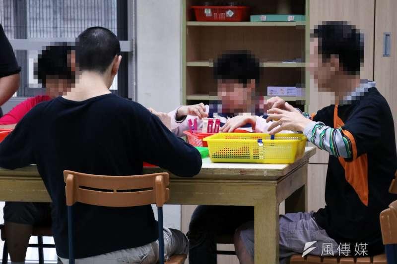 20161110-位於台北市第一家園基金會,是一間身心障礙的日照機構。圖為身心障礙的朋友,利用簡單反覆的動作,訓練自己的定力-(蘇仲泓攝)