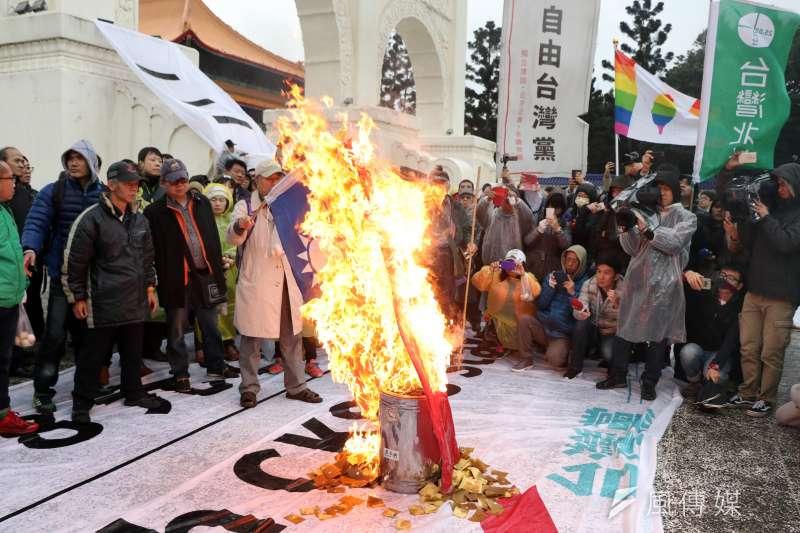 20170228-獨派團體下午在自由臺灣黨主席蔡丁貴的帶領下,前往中正紀念堂,想要前進到蔣中正銅像大廳表達訴求,過程遭警方攔阻,隨後退回自由廣場牌樓下,並焚燒中華民國國旗表達訴求。(蘇仲泓攝)
