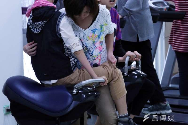 20161110-位於台北市第一家園基金會,是一間身心障礙的日照機構。圖為機構內的教保員,協助身心障礙者操作運動器材-(蘇仲泓攝)