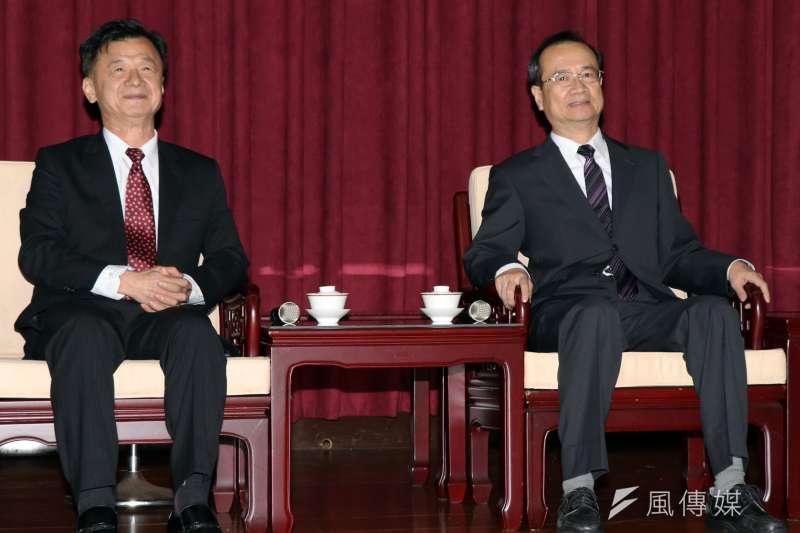 法務部長邱太三(左)10日拜會司法院長許宗力(右),雙方針對言詞辯論常態化、羈押裁定的抗告與防逃機制等議題進行討論。(蘇仲泓攝)