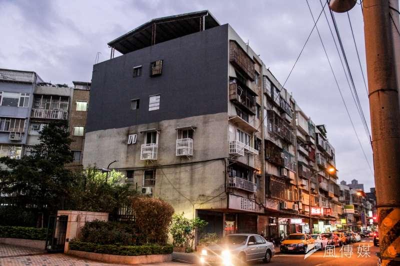日前中和違建大火再度引來違建問題的爭議,然而租屋者並非沒有安全意識,而是他們往往只租得起較便宜的頂樓鐵皮屋。圖片與事件無關。(資料照,曾原信攝)