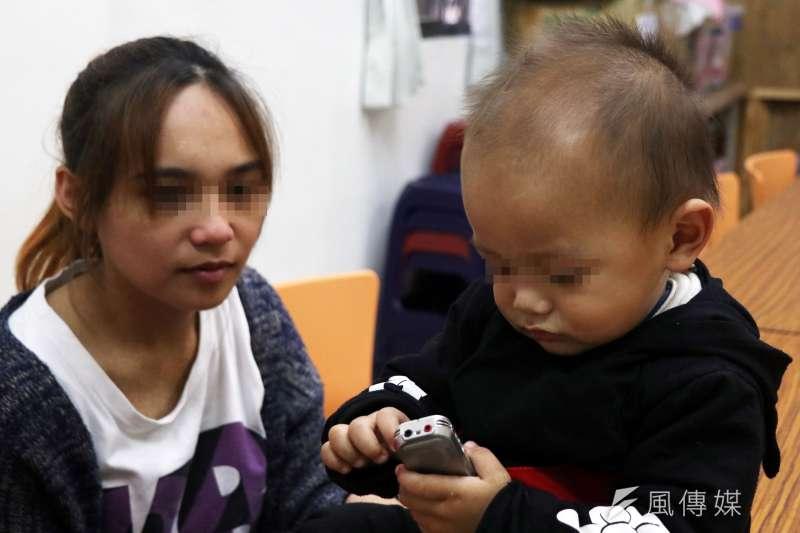 20161215-風數據專題-俞歡採訪花蓮小媽媽。訪談過程中,小媽媽一歲半的兒子亮亮不時拿起記者的錄音筆把玩,顯得相當好奇。(蘇仲泓攝)