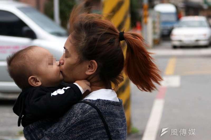 大環境不佳,但卻有越來越多的未成年少女在懷孕後願意接受一份「甜蜜的負擔」,把孩子留在身邊撫養。(蘇仲泓攝)
