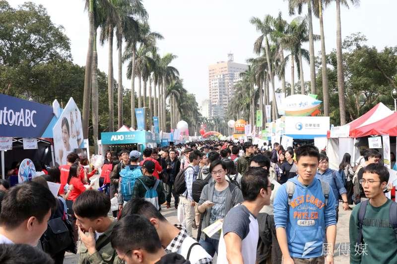 20170305-臺大校園徵才博覽會上午登場,校園內的椰林大道擠滿人潮。(蘇仲泓攝)
