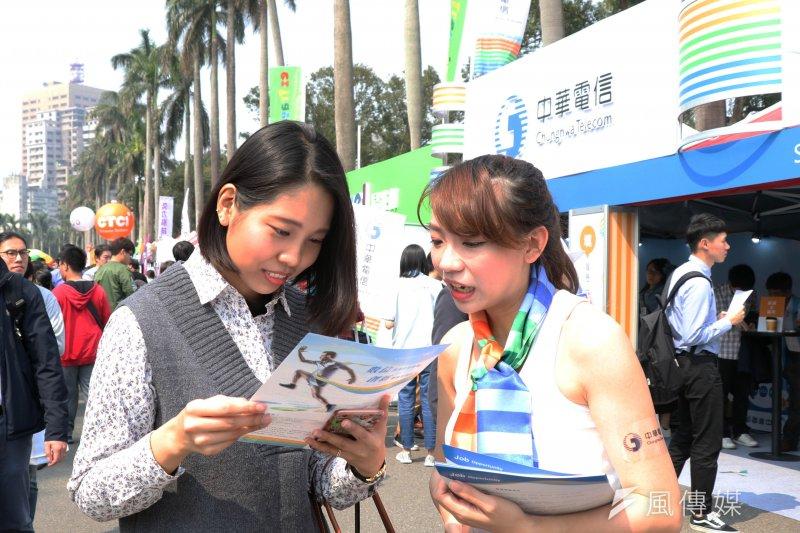 首度參與台大校園徵才的中華電信開出700名的職缺,極力吸收科技人才。(蘇仲泓攝)