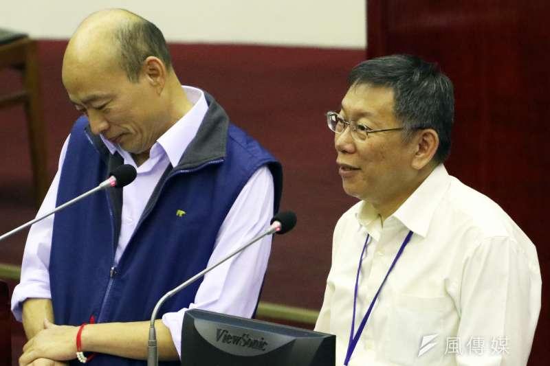 台北市長柯文哲11月18日出席市議會市政總質詢,左為台北農產運銷公司總經理韓國瑜。(蘇仲泓攝)