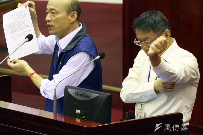 作者認為台北市長柯文哲聲勢不衰和國民黨高雄市長候選人韓國瑜人氣爆漲,是台灣民主衰退的警訊。圖為韓仍為北農總經理時與柯同台在議會備詢(蘇仲泓攝)