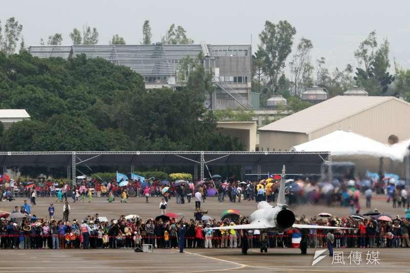 20161122-空軍清泉崗基地營區開放,22日舉行全兵力預演,吸引許多民眾到場參觀。(蘇仲泓攝)