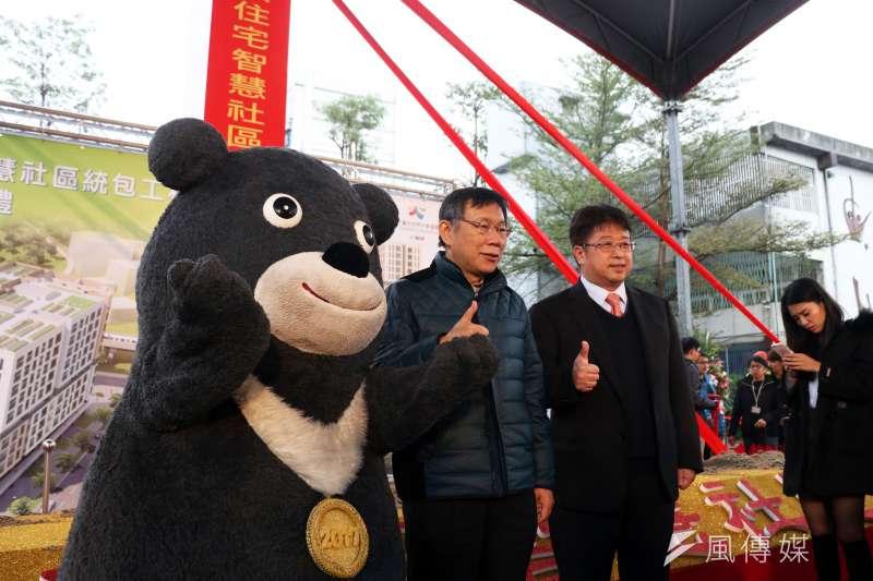 20170310-台北市長柯文哲上午主持「明倫公宅開工典禮」,並與世大運吉祥物熊讚互動合影。(蘇仲泓攝)