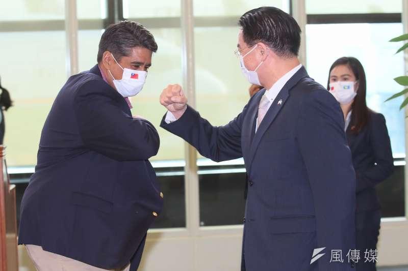 2021年3月28日,帛琉總統惠恕仁率團抵台訪問,外交部長吳釗燮接機。(柯承惠攝)