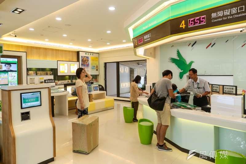 台北仁愛路郵局(台北24支)一樓內部服務空間。(顏麟宇攝)