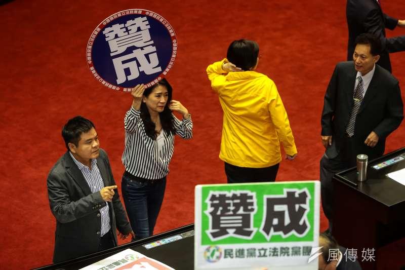 民進黨執政兩年就讓政黨認同出現逆轉變化。圖為國民兩黨立委在立法院各自為其支持的法案舉牌。(顏麟宇攝)