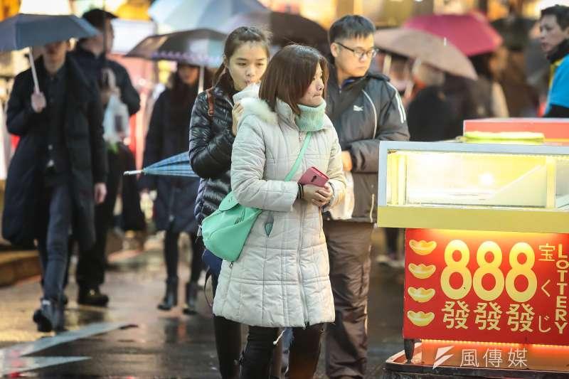 氣象局表示,23日受東北季風影響,整個北台灣的天氣都是陰陰涼涼的天氣,預估這波冷空氣將會持續影響到周日。(資料照,顏麟宇攝)