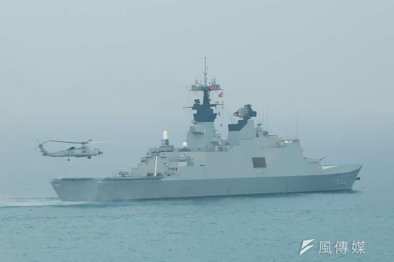 國防部27日舉辦「國軍105年春節加強戰備」參訪活動,帶領媒體登上磐石艦觀看海空聯合反潛搜索演練,圖為S-70C反潛直升機至西寧艦(拉法葉級)上起飛。(顏麟宇攝)