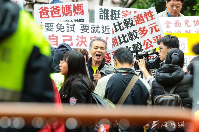 教改團體於總統候選人電視辯論會場外抗議。(顏麟宇攝)