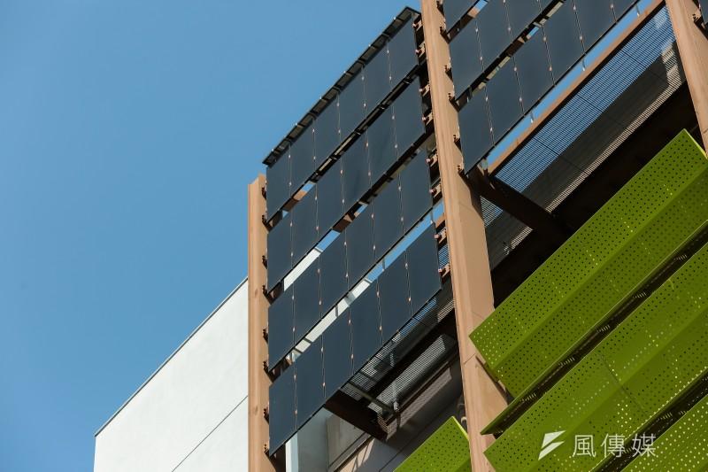 台積電中科15廠外牆最上層裝配了太陽能板。(顏麟宇攝)