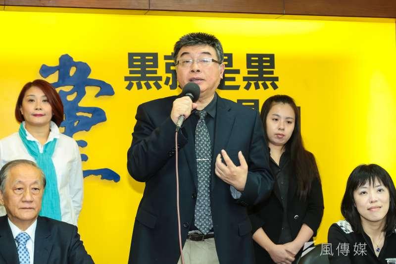 新黨不分區名單預計20日對外公布,知情人士透露,退出國民黨不分區的前立委邱毅(中),可望列入新黨不分區名單的第一名。(資料照,顏麟宇攝)