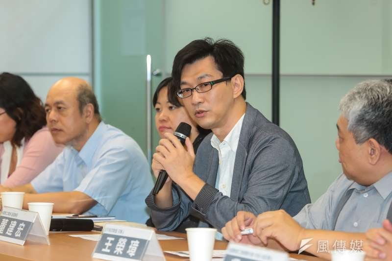 年金改革大聯盟至民進黨中央拜會蔡英文,發言者為台灣勞工陣線聯盟副理事長董建宏。(顏麟宇攝)