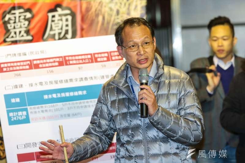 台北市地政局副局長易立民和社子島居民簡報。(顏麟宇攝)