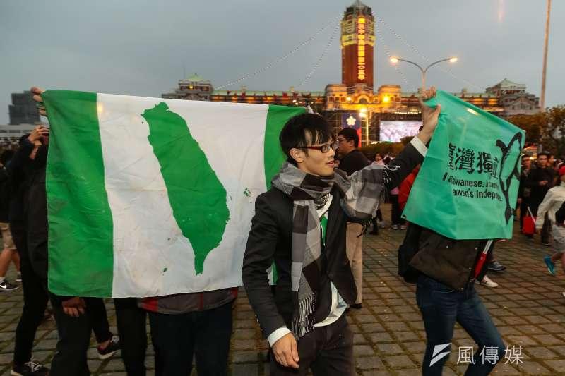 2016年總統府前元旦升旗典禮,台獨人士持民進黨旗至現場高呼台灣獨立。(顏麟宇攝)