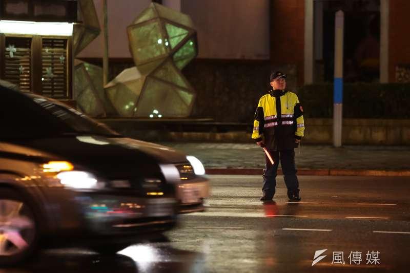 台北市汀州路三段師大路口警察指揮交通。(顏麟宇攝)