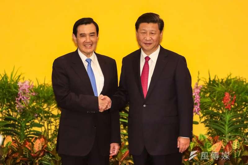 總統馬英九(左)在馬習會中主動提出中國對台飛彈部署及軍演等議題,中國國家主席習近平(右)當場回應,會有降低敵對狀態的具體行動,「你們等著看」。(顏麟宇攝)