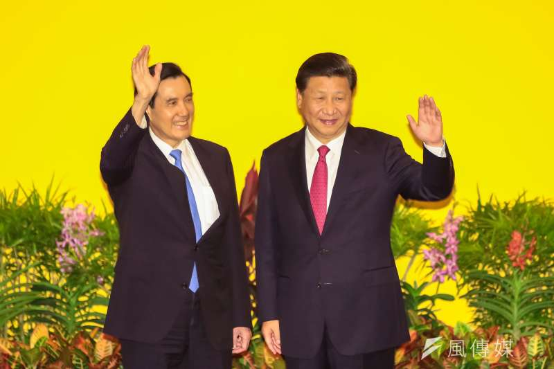 馬習會登場,兩岸領導人馬英九、習近平握手後一同向現場媒體揮手致意。(顏麟宇攝)