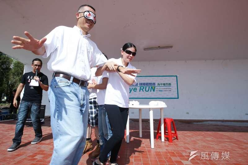 <Eye Run解放視障 視障體驗賽>104人力銀行董事楊基寬也一同體驗(林韶安攝)