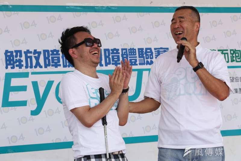 <Eye Run解放視障 視障體驗賽>104人力銀行董事楊基寬和甘仲維也一同體驗(林韶安攝)