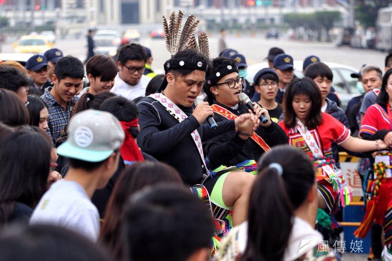 20170305捍衛傳統領域,原住民青年百人凱道舞圈。(曾原信攝)