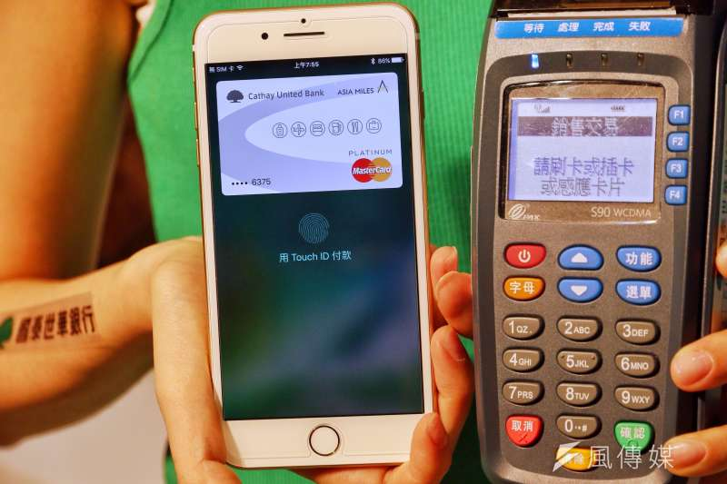 Apple Pay上路頭兩天,下載信用卡放在手機中達41.5萬張。圖為國泰世華Apple Pay行動支付體驗會。