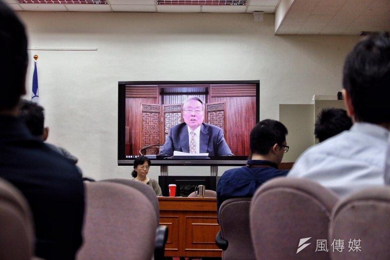 立法院經委會31日召開《公司法》修法公聽會,人在彰化演講、無法到立法院的宏碁集團創辦人施振榮,以網路視訊方式發言,成為立法院第一個視訊開會的人。(曾原信攝)