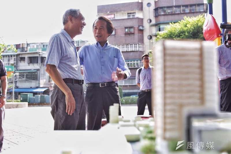 華榮市場改建,林欽榮與里長討論。