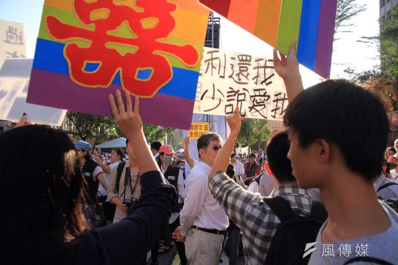 下一代幸福立法院前反同性婚姻,婚姻平權支持者也到場高舉標語。