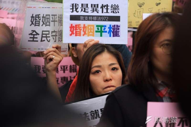 同志團體及婚姻平權支持者28日聚集立法院,反對另立同志婚姻法,要求直接修改民法。(資料照,曾原信攝)