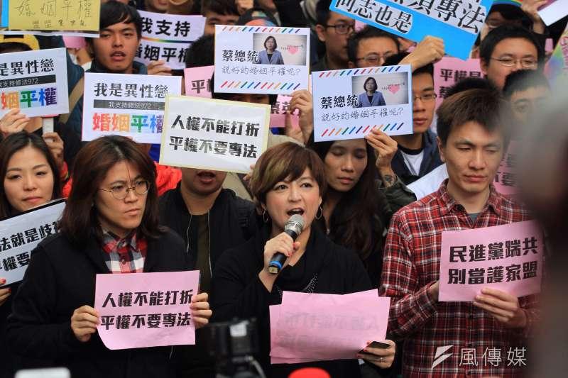 11月28日,同志團體及婚姻平權支持者聚集立法院反對另立同志婚姻法,要求直接修改民法。(圖/風傳媒提供)