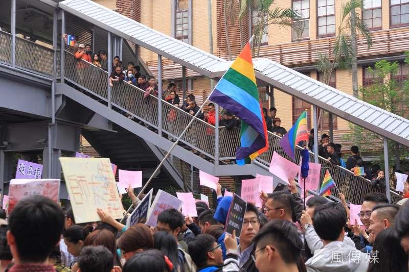 2016年11月28日,同志團體及婚姻平權支持者聚集立法院,反對另立專法,要求直接修改民法。