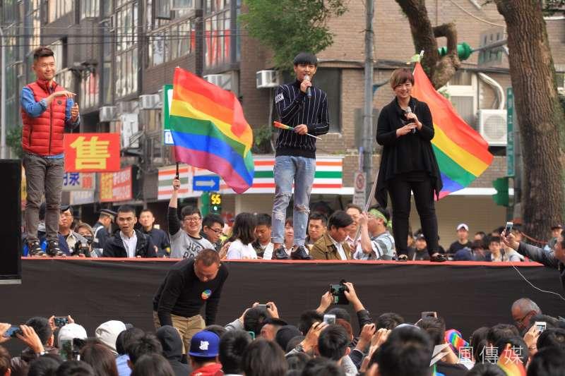 挺婚姻平權立法院集合。藝人炎亞綸上台聲援。(曾原信攝)