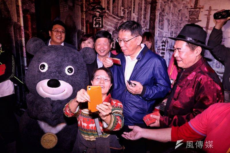 柯文哲18日接受廣播節目專訪時表示,自己是唯一一個台灣政治人物沒有設基金會的,表示他不需要額外支出。圖為柯下午前往迪化年貨大街發放發財金。(曾原信攝)