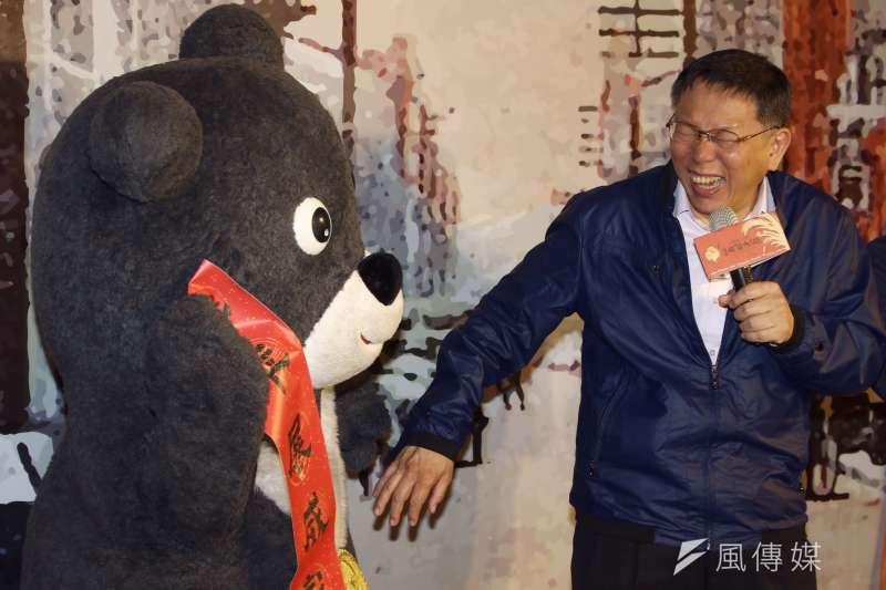 20170118柯文哲前往迪化年貨大街發放發財金,與世大運吉祥物熊讚一起向民眾拜年。