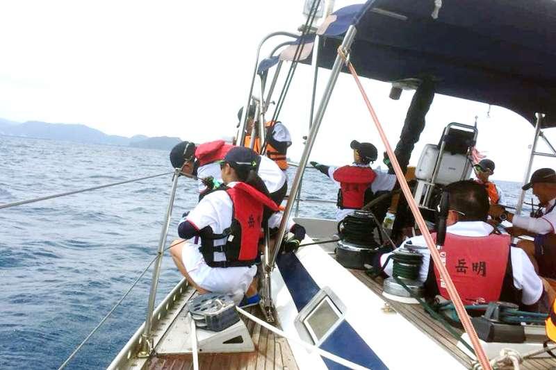 岳明國小的小朋友駕駛帆船,從宜蘭出海航向石垣島。(圖/岳明帆船@facebook)