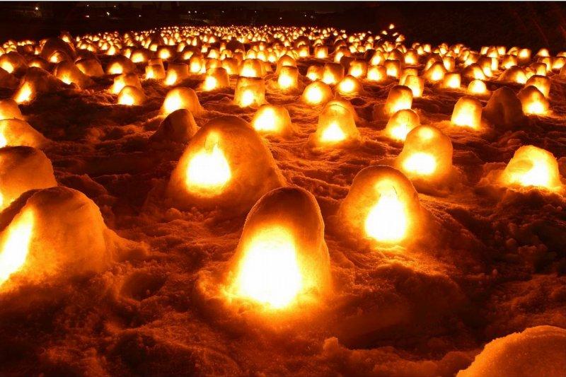 雪地裡無數燭光,都是一座座祭祀水神用的小雪屋。(圖/お祭りプラザ)