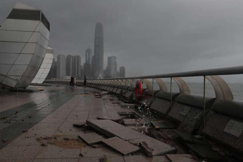「天鴿」吹襲澳門造成至少九人死亡,二百多人受傷的嚴重災難,經濟損失難以估計。圖為天鴿颱風襲香港。(資料照,美聯社)