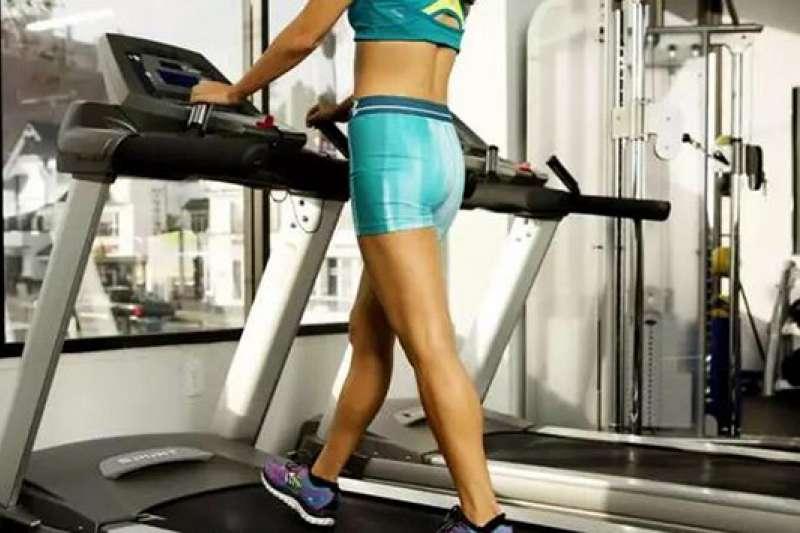 健身房的跑步機燃脂效率往往比戶外路跑還低。(圖/澎湃新聞提供)