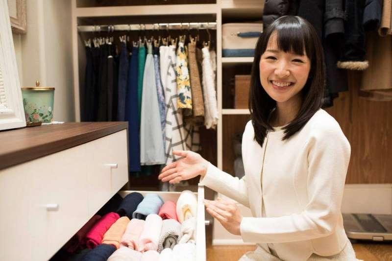 日本知名整理收納顧問近藤麻理惠,擔任美國Netflix原創實境節目主角,意外在美國吹起一股「收納風」。(圖/取自Marie Kondo FB)