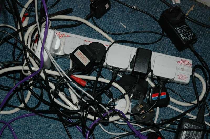 手機、電腦、平板、行動電源、wifi 機成為日常中不可或缺的電子產品,當這些電器一起充電的時候,充電電線混亂交織成一塊,簡直是日常生活中最慘不忍睹的風景,又亂又會卡灰塵,看了就煩。以下兼具美觀又簡單的電線收納,讓你的空間不再因為電線而亂糟糟。(圖/Jason Rogers@flickr)