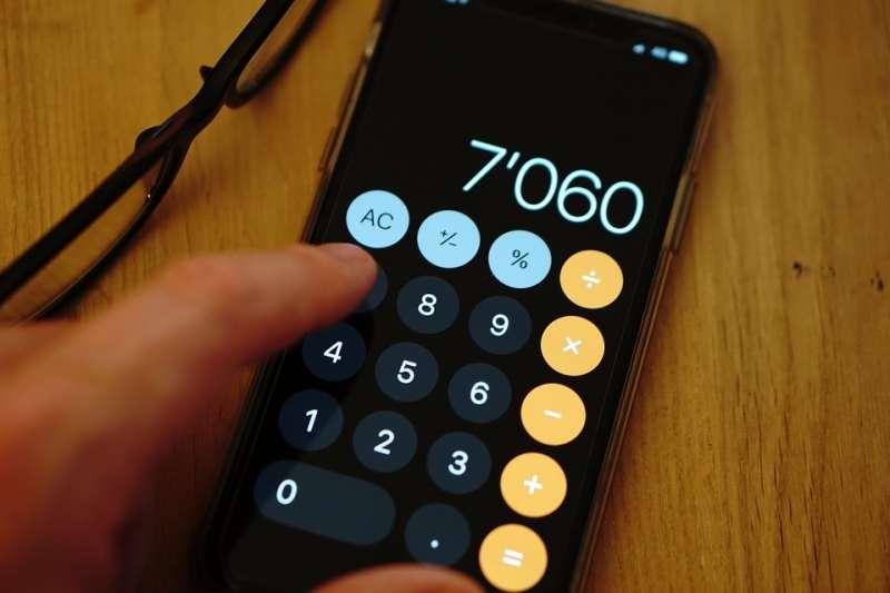 不知你有沒有發現,手機計算器從上往下三行的排布是「789-456-123」,但電話撥號盤則是「123-456-789」!為什麼同樣都是用來輸入數字,卻要用不同順序排列呢?原來其中大有學問!(圖/愛范兒提供)