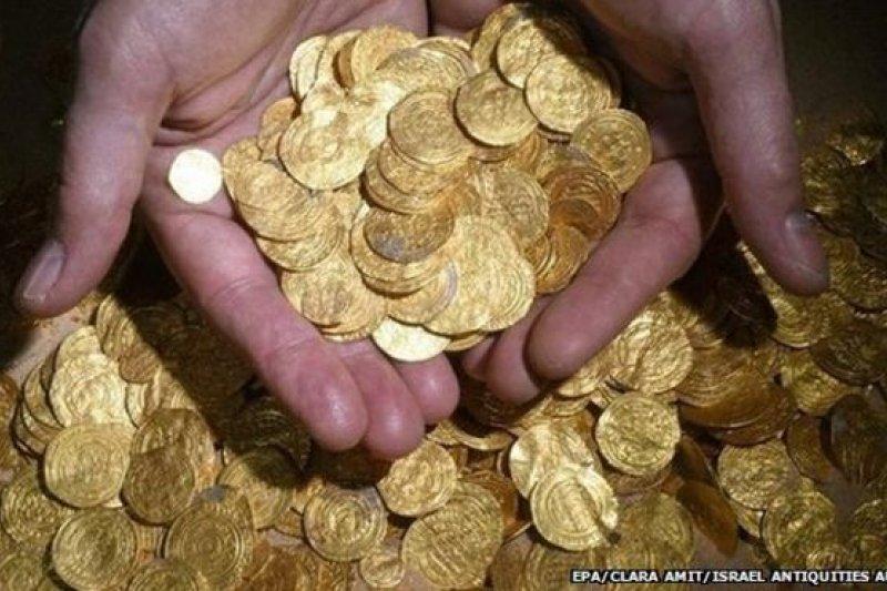 這些金幣是1000年前法蒂瑪王朝的流通貨幣,俗話說:「金錢不是萬能,但沒錢就萬萬不能。」(BBC中文網)