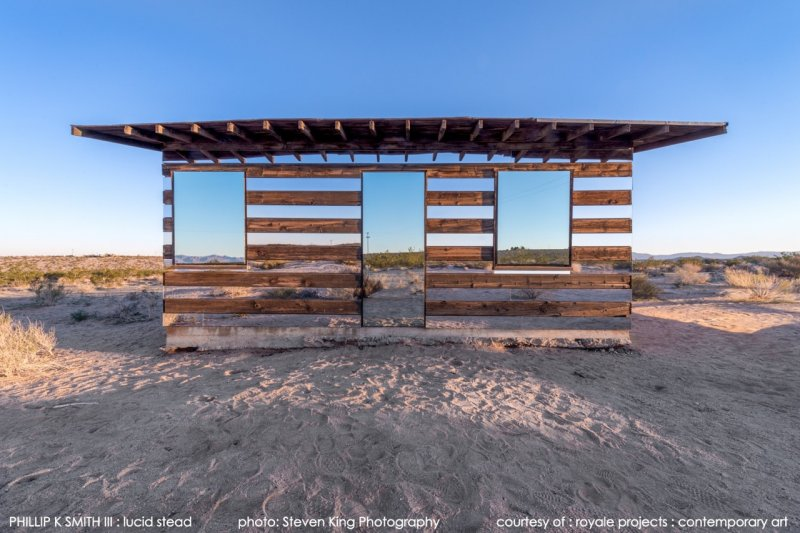 沙漠中的農舍好像飄在半空(圖/royaleprojects.com)